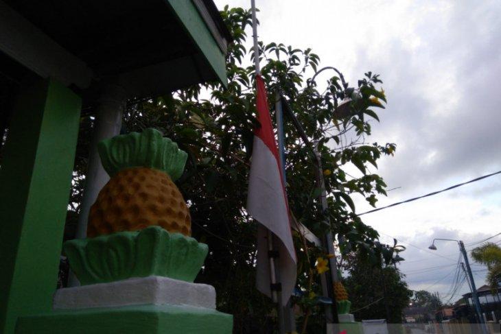 Bendera setengah tiang kenang keganasan G 30 S/PKI di banjarmasin kurang