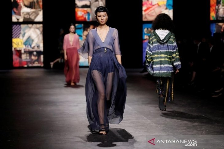 Buka Paris Fashion Week, Christian Dior gunakan kain tenun ikat Indonesia