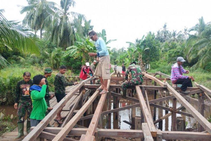 Personel TMMD Kodim 1015/Spt terus kebut penggerjaan pembangunan jembatan