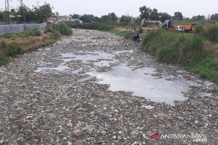 Tumpukan sampah 200 meter tutupi aliran Kali Blencong Bekasi
