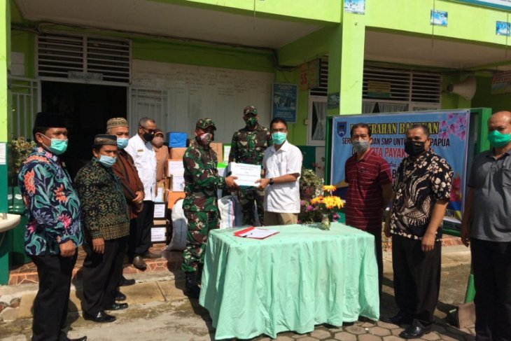 W Sumatran teachers donate school supplies for Papuan children