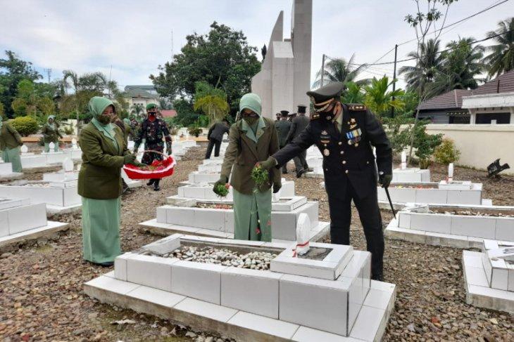 HUT TNI ke - 75, Kodim 1008/Tanjung Ziarah ke  Makam Pahlawan