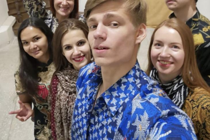 Pemuda Rusia berbatik ria di Hari Batik Nasional