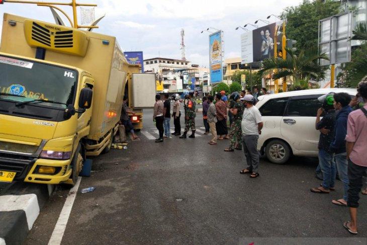 Avanza dan Mobil barang tabrakan di Simpang Lima Banda Aceh