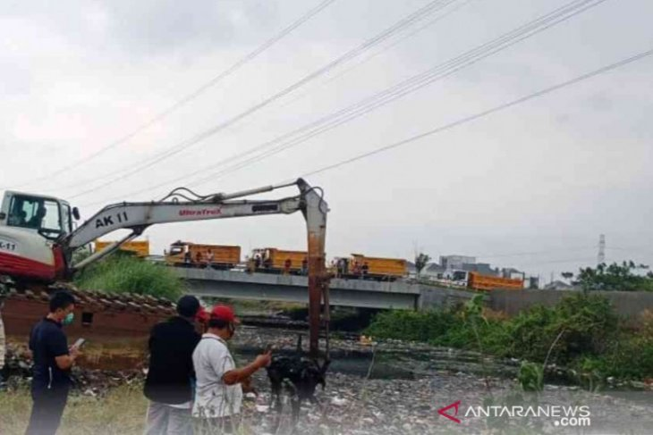 Sebanyak 350 ton sampah diangkut dari Sungai Blencong Bekasi