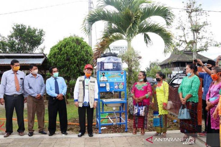 Bupati Tapsel serahkan 2 unit wadah cuci tangan portable untuk dua Gereja di Sipirok
