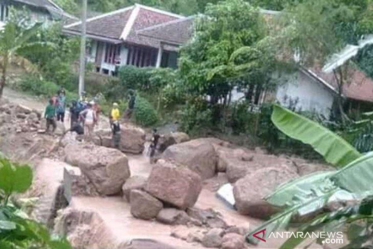 BPBD terkendala minimnya alat berat buka akses jalan tertutup longsor Cianjur