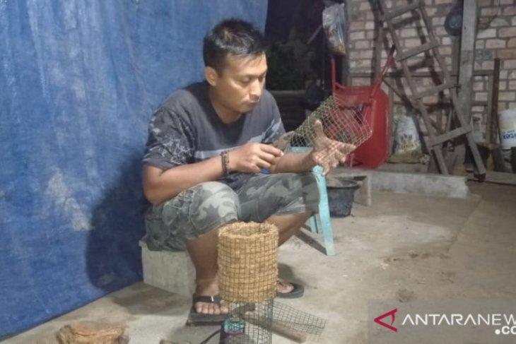 Pemuda kreatif sulap limbah sabut kelapa menjadi pas kembang