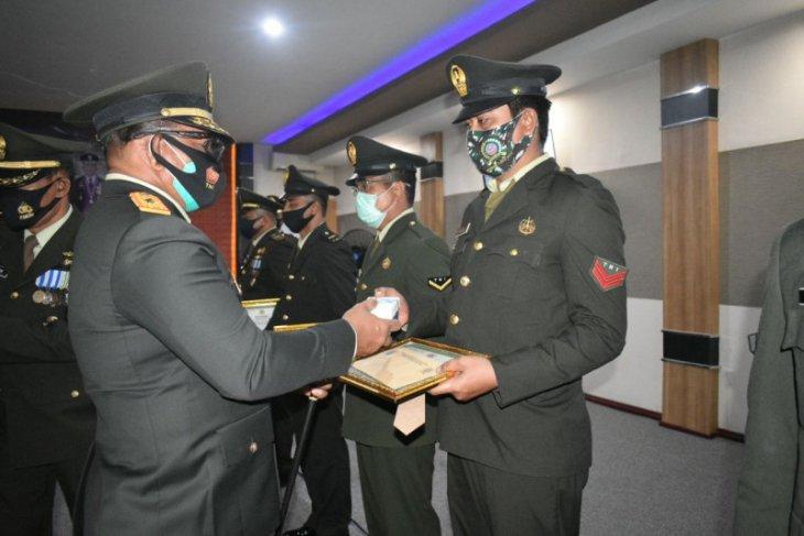 Dua personel Kodim Ketapang terima penghargaan Danrem 121/ABW