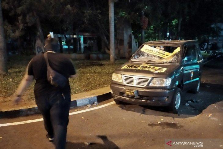 Pembubaran massa di Gedung DPRD Jabar diwarnai aksi perusakan mobil polisi