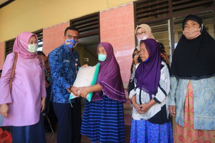 100 lansia di Kediri dapat bantuan bahan pokok