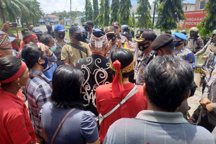 Massa datangi Pengadilan Negeri Putussibau polisi perketat pengamanan