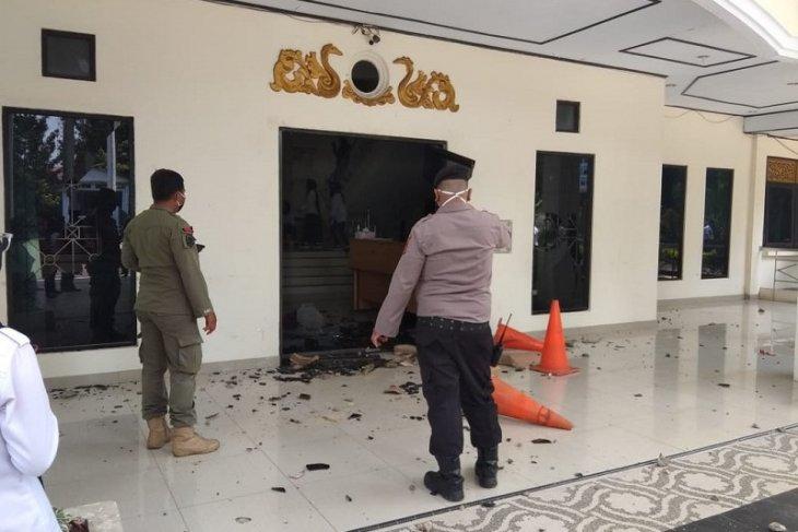 Gedung DPRD Kota Jambi dilempari batu, kaca pintu utama berantakan