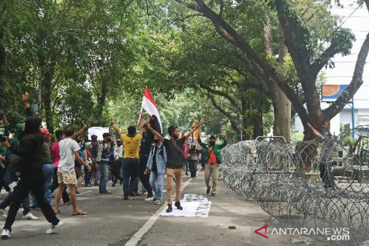 Unjuk rasa mahasiswa tolak UU Cipta Kerja di Medan berakhir ricuh