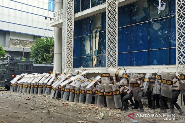 Demo mahasiswa dan pemuda  tolak UU Omnibus Law rusuh, Gedung DPRD Sumut alami kerusakan