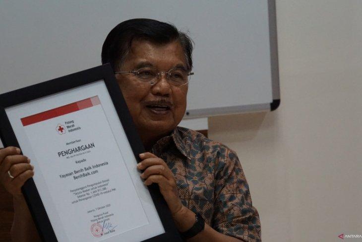 PMI dan Benihbaik.com salurkan APD ke fasilitas kesehatan