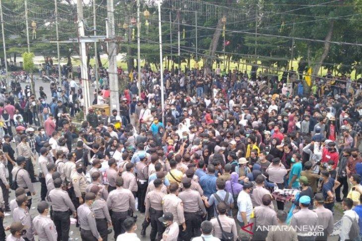 Demo tolak UU Omnibus Law di Pematangsiantar ricuh