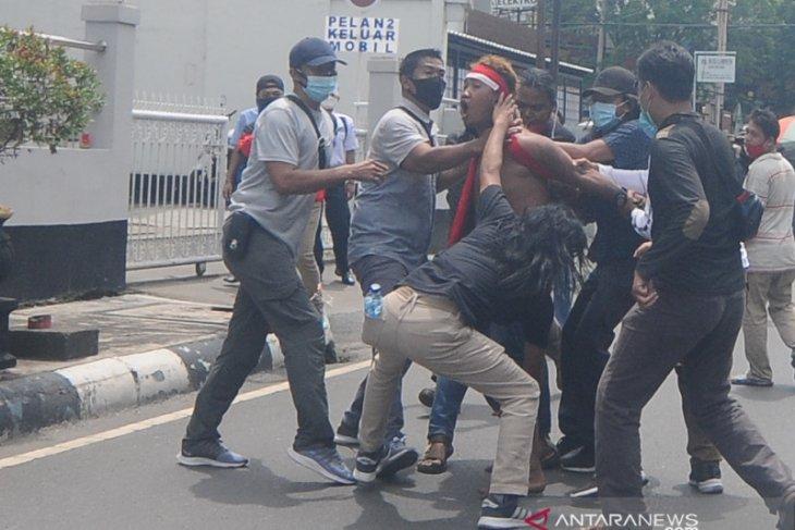 Macan Kalsel lumpuhkan pria bawa sajam di tengah aksi demo