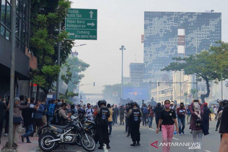Polisi tembakkan gas air mata bubarkan massa aksi tolak UU Cipta Kerja di Simpang Harmoni