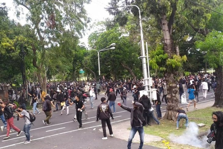 Polisi Bali tembakkan gas air mata ke sekelompok massa