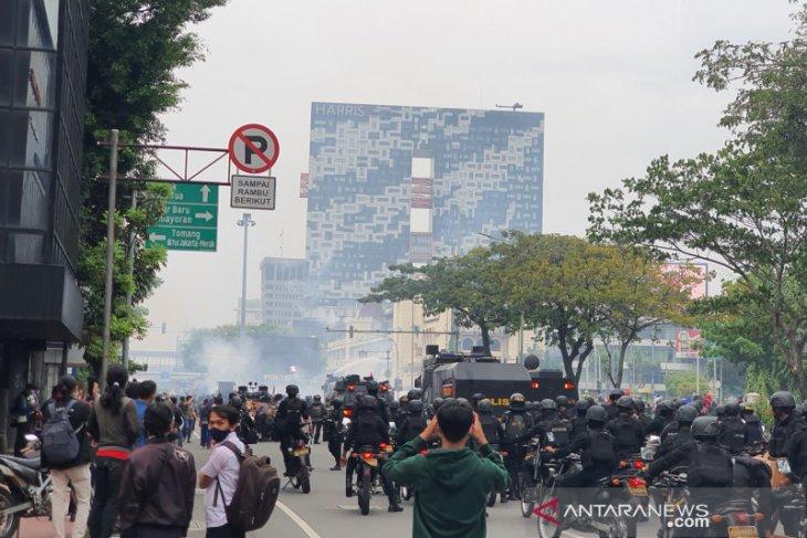 Peserta aksi tolak UU Cipta Kerja kembali berkumpul Simpang Harmoni