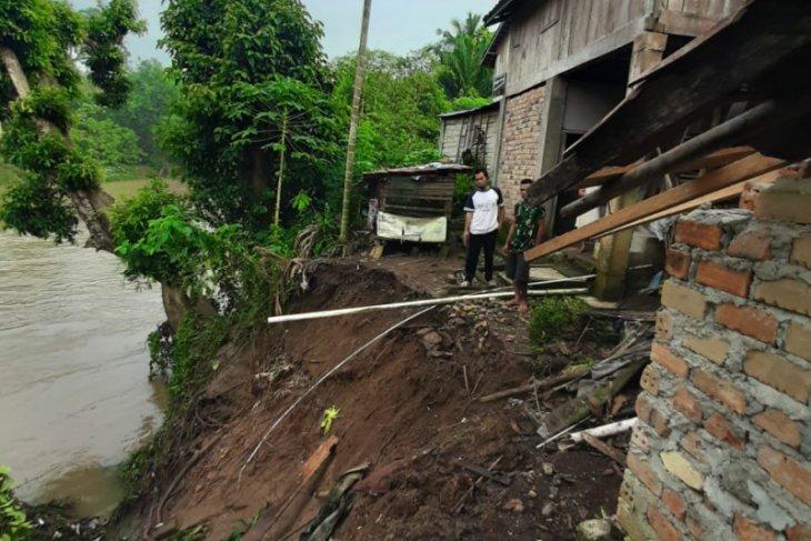 Sebelas rumah di OKU nyaris terbawa longsor akibat hujan deras