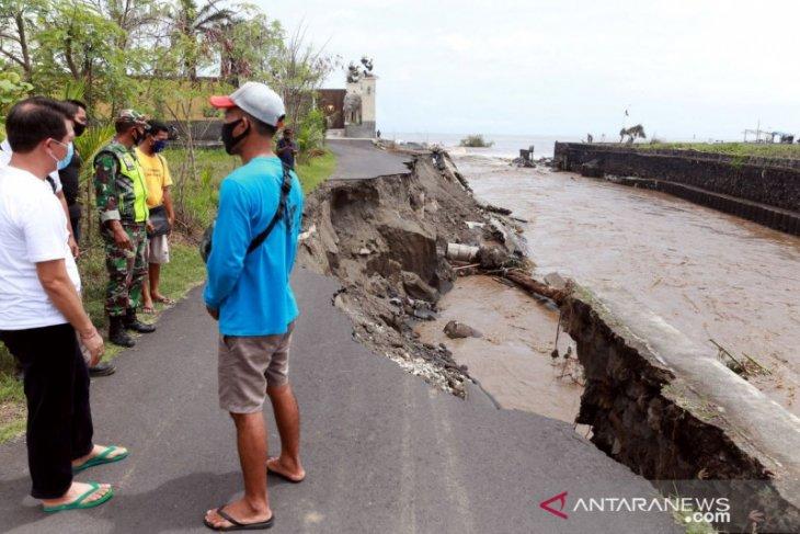 Bupati Klungkung tinjau jalan rusak akibat diterjang hujan deras