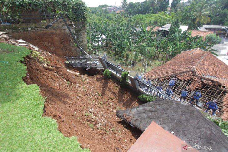 Akibat Longsor Dan Banjir, 1.200 Warga Jagakarsa Mengungsi