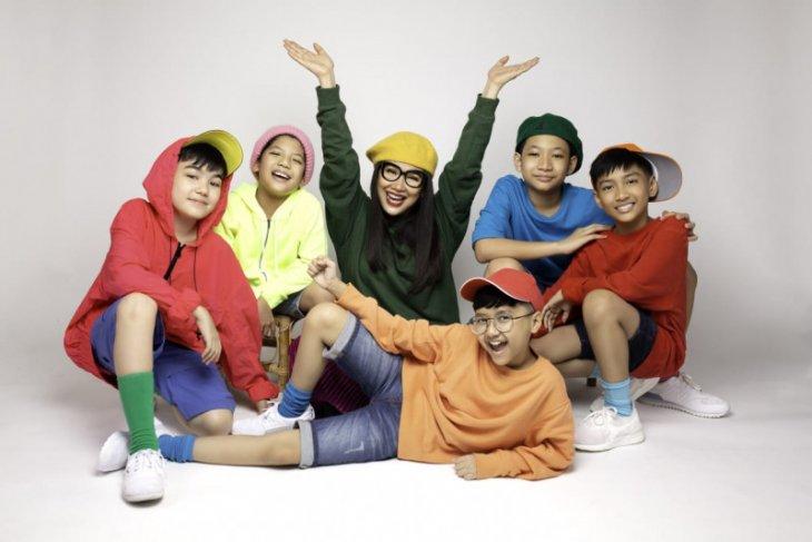 Titi DJ menjadi produser untuk grup vokal anak Dear Juliets