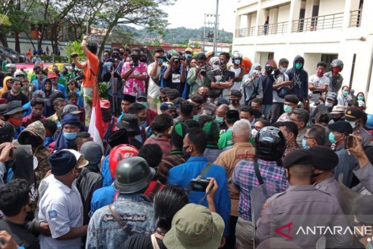 DPRD kota Sorong minta agar pendemo UU Cipta Kerja diperiksa COVID-19