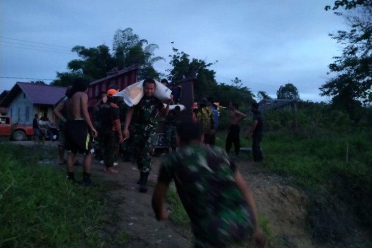 TNI bantu distribusikan 100 ton beras bantuan banjir Kapuas Hulu