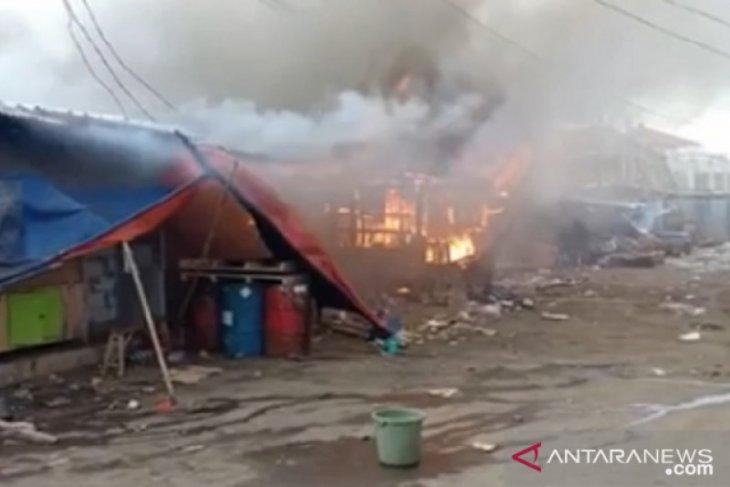 Kebakaran hanguskan sejumlah kios penampungan sementara pedagang Pasar Cibadak