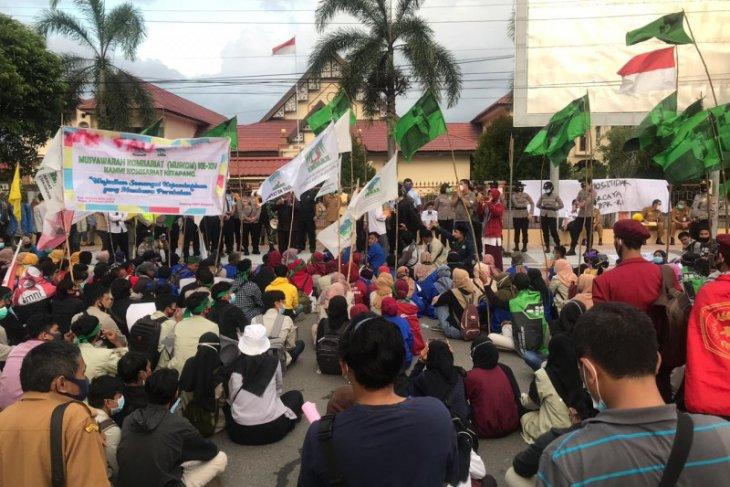 Tolak UU Cipta Kerja, ratusan mahasiswa ketapang unjuk rasa ke DPRD