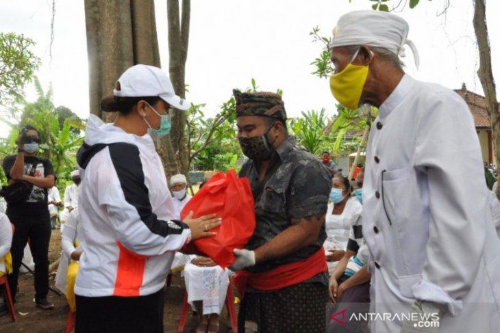 Bupati Tabanan salurkan bantuan untuk korban longsor