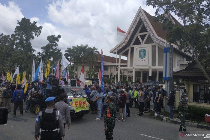 Tolak UU Cipta Kerja, Massa FPR demo di Gedung DPRD Kalbar