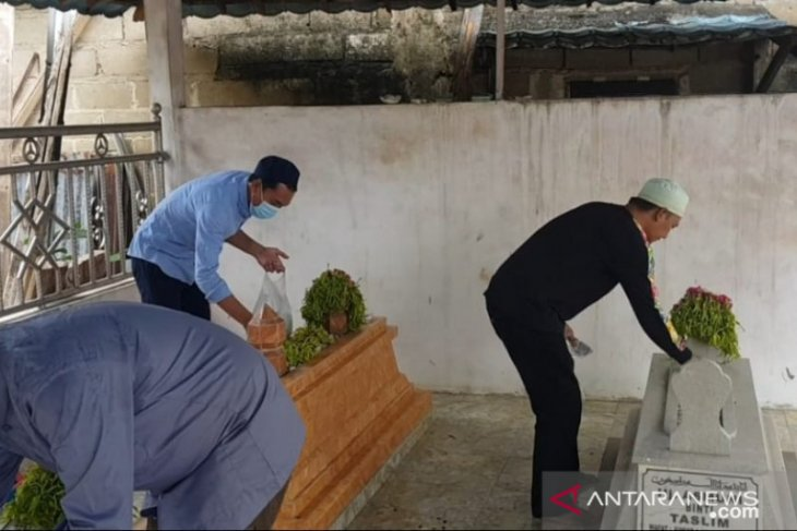 Saidi Mansyur rutin ziarah makam kakek nenek