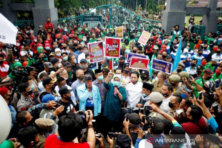 Bupati Bogor redam aksi demo ribuan buruh dengan menemui dan teruskan aspirasinya
