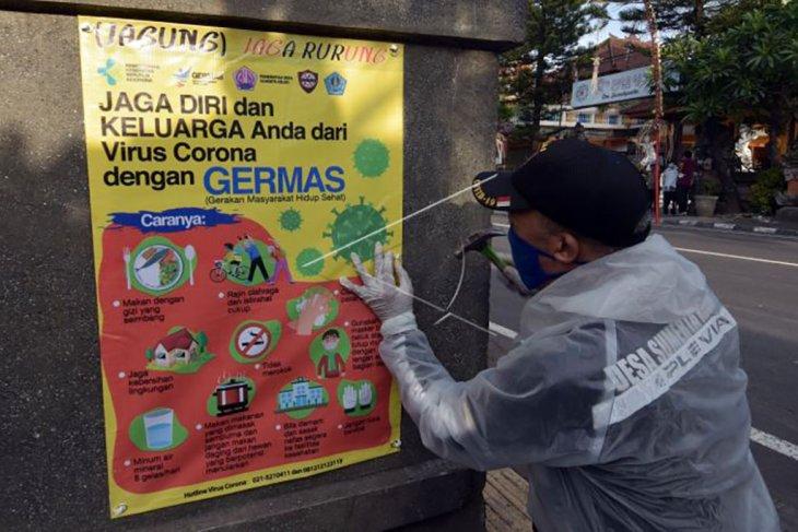 Pemasangan poster edukasi protokol kesehatan di Denpasar