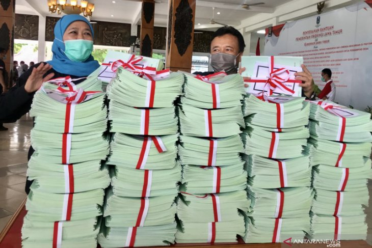 Pemprov  Jatim serahkan bantuan pemulihan ekonomi di Pacitan