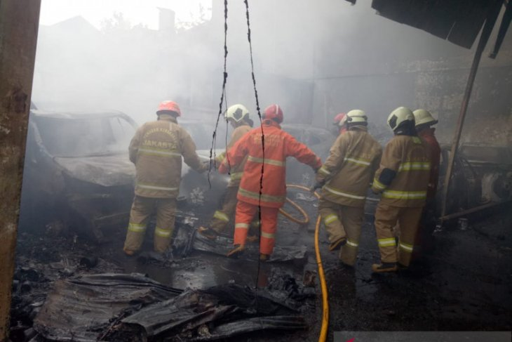 Belasan kendaraan berikut bangunan bengkel terbakar di Jaktim