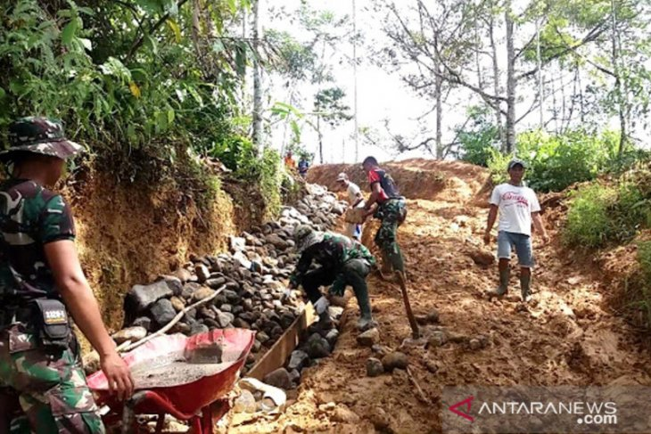TNI bangun jalan penghubung desa terisolasi