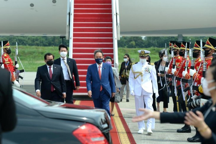 President Jokowi warmly welcomes PM Suga at Bogor Palace