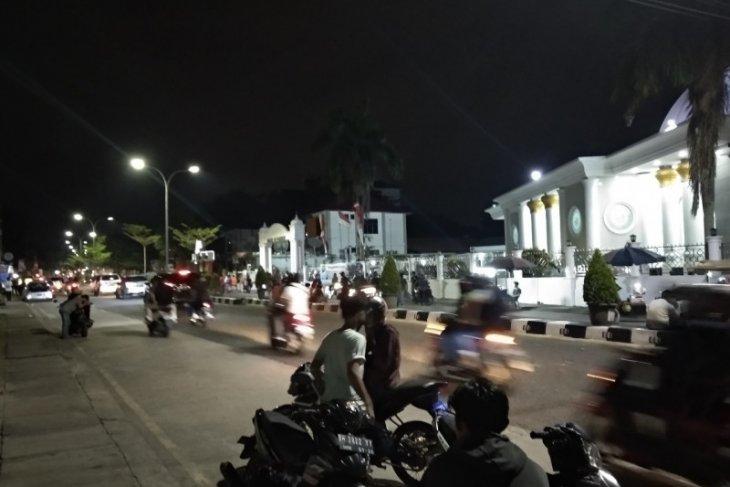 Aksi unjuk rasa berlanjut hingga malam, satu motor dinas polisi dibakar