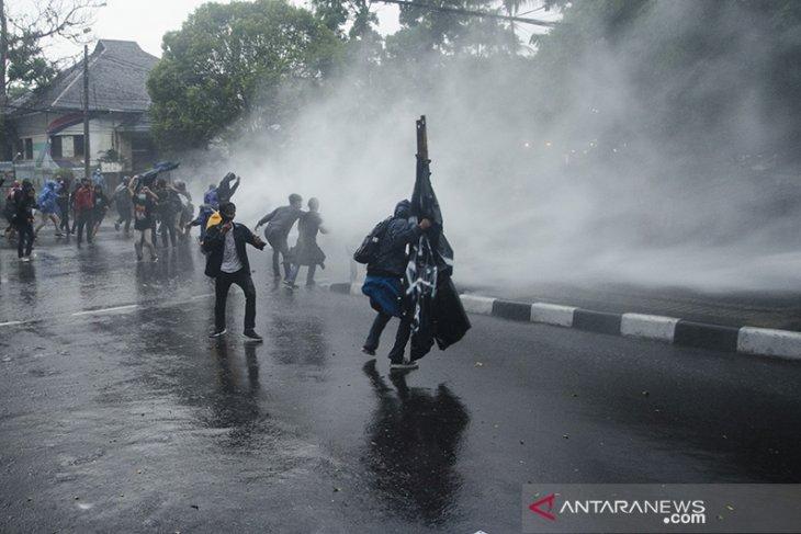 Ricuh aksi tolak Omnibus Law di Bandung