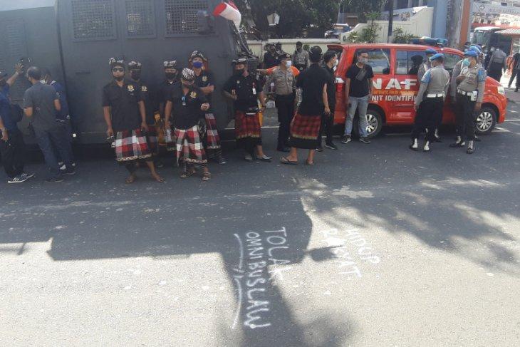 Polda Bali libatkan pecalang dalam pengamanan unjuk rasa tolak UU Ciptaker