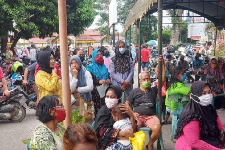 Warga penerima BST di kantor pos Tebing Tinggi abaikan prokes
