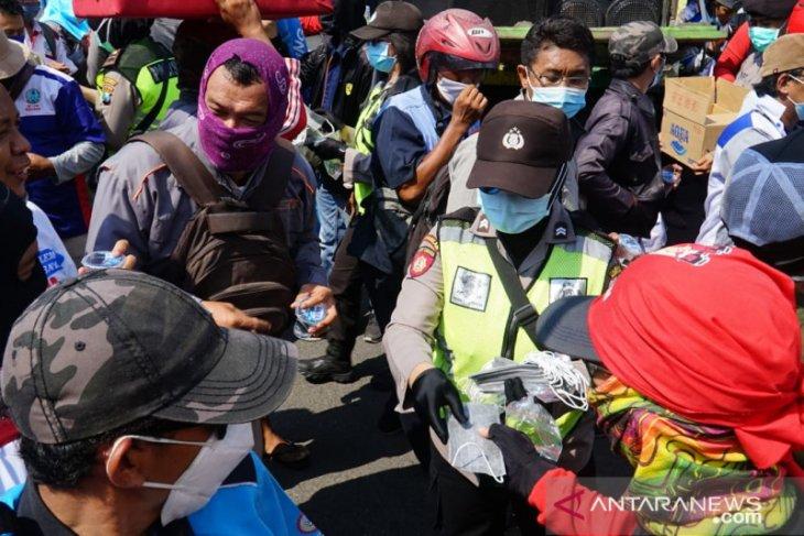 Polisi Surabaya bagikan masker ke demonstran