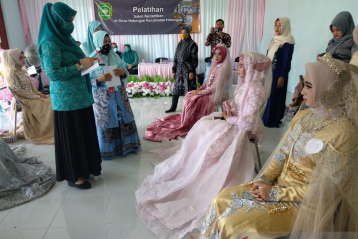 16 warga Kecamatan Hatungun ikuti pelatihan tata rias pengantin