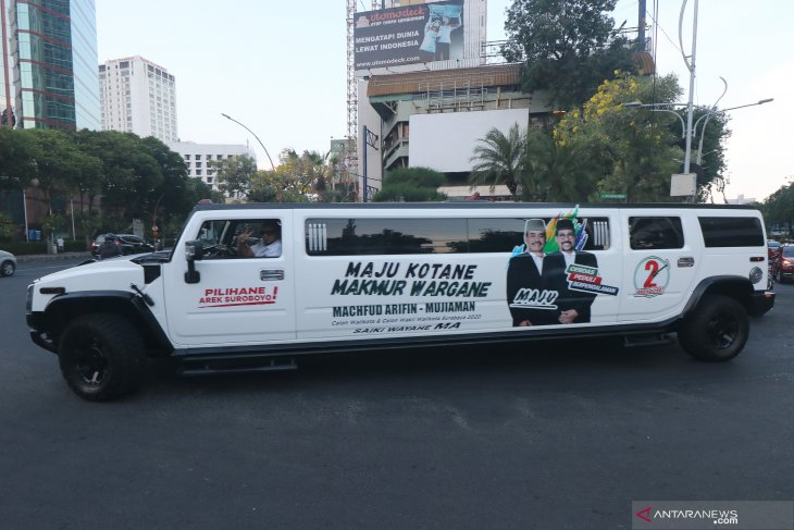 Mobil Limousine bergambar Machfud Arifin-Mujiaman Sukirno