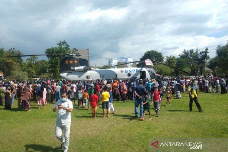 Bawa ribuan masker, Pilot warga negara AS daratkan heli di Lapangan Dwi Warna Barabai